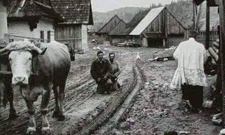 prete che benedice i contadini