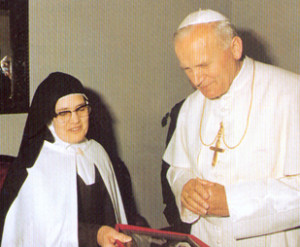 Carmelita Juan Pablo II y la hermana Lucía 1982-001