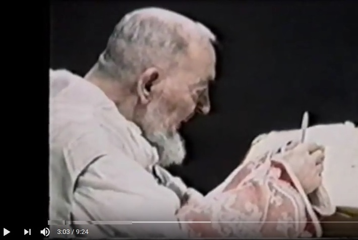 Padre Pio celebra la messa